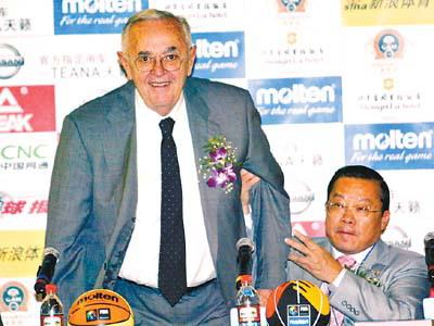资料图:斯坦科维奇(左)。图片来源:广州日报。