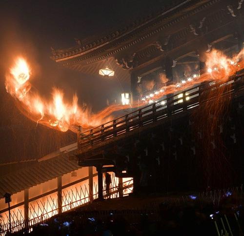 日本东大寺举行传统活动 赤焰长龙迎新春(组图)