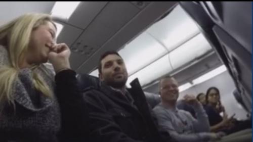 3万英尺高空的惊喜:男子飞机上得知自己当爸爸(图)