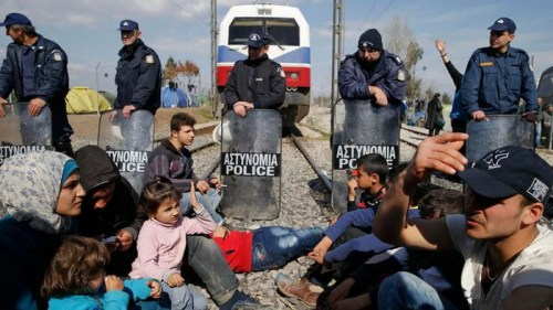 滯留在希臘、馬其頓邊境的難民。