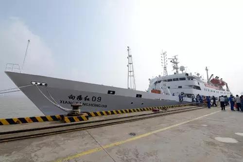 """民众欢送载有""""蛟龙""""号的考察船出征南海。 图片 李一芳 摄"""