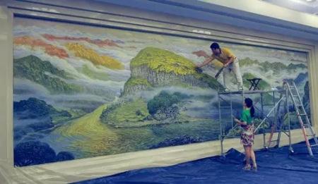 畫家許世虎創作油畫作品《碧水青山》。 記者 周毅 攝