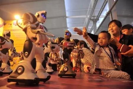 重庆市民参观机器人展。 记者 陈超摄