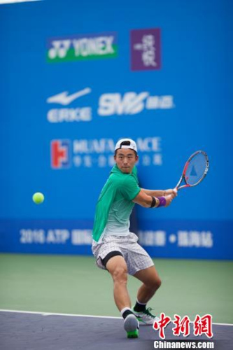 2016年ATP国际男子挑战赛珠海站单打正赛第一轮正式开拍,图为张择 冒韪 摄