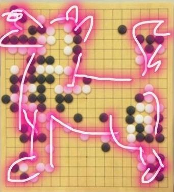 """继之前弈出一个""""死""""字之后,今天又有网友发现,""""AlphaGo""""的黑棋像一只张嘴咆哮的狗,实在令人唏嘘。"""