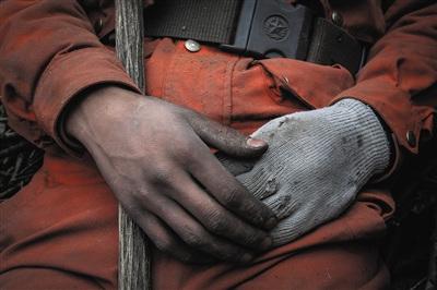 3月10日,间断数天的扑火事情后,士兵们的手被熏黑了,手套也磨破了。