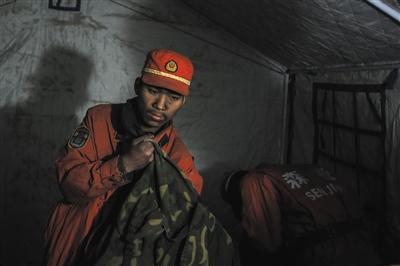3月9日更阑11时,一位流兵在整顿本人的睡袋,扑火使命停止八天后,他们才榜首次住进帐子,前七日,士兵们都是在运兵车里迁就。