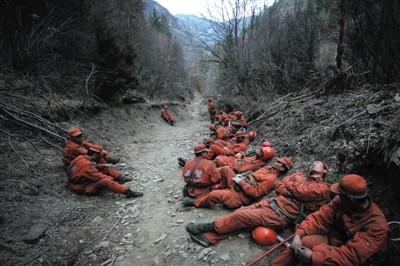 3月10日,完结一天使命以后,士兵们在山脚下的路边整理休养。