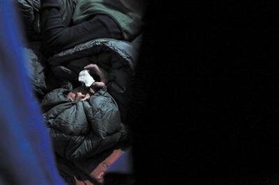 3月9日更阑11时,一位流兵躲在本人的睡袋里吃着梨子,梨子是他本人从基地带来的,白昼扑火顾不上吃,早晨放松给本人弥补一点维生素。
