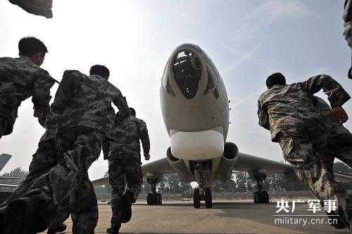接到战机出动命令,机务官兵们迅速奔向轰炸机,进行升空前准备。