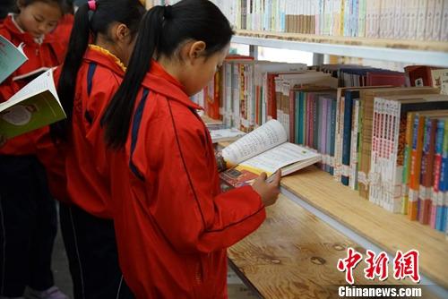 小邑庄完小的学生们正在看书