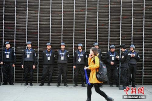 3月18日晚,CBA总决赛如期在四川省体育馆进行。因16日晚发生的CBA辽宁队球员与四川球迷打群架事件,现场的安保力量增强。 张浪 摄