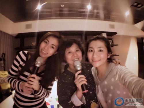[热点新闻]Selina与妈妈、妹妹在家K歌 分享每唱必哭歌曲(图)