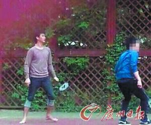 """""""都教授""""是羽毛球高手,曾被拍到在广州赤脚打羽毛球。"""