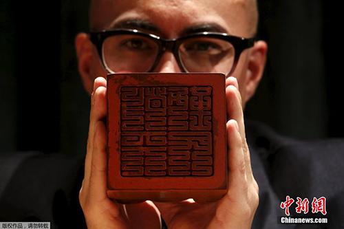 """康熙""""敬天勤民""""檀香木异兽钮方玺将于4月6日在香港湾仔会议展览中心拍卖,起拍价5000万港元。"""