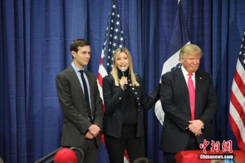 资料图:当地时间1月31日,美国总统竞选人特朗普在美国大选首站艾奥瓦州康瑟尔布拉夫斯市一所中学校园举行拉票活动,他怀孕八个月的女儿伊凡卡(中)也来站台助选。