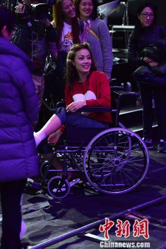[热点新闻]《歌手4》容祖儿跛脚彩排 坐轮椅缠绷带上台(图)
