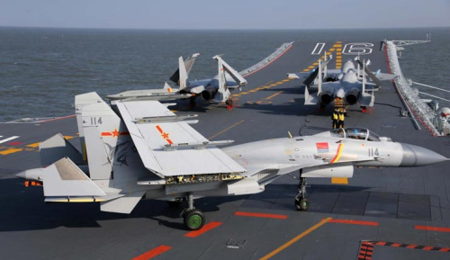 多架歼-15战斗机在辽宁舰上训练
