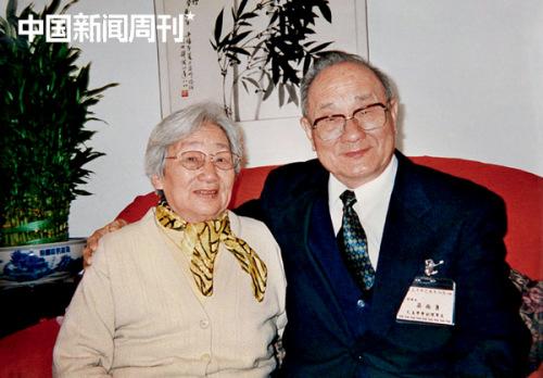 2002年,梁尚勇随台湾孔孟学会代表团来大陆做学术交流,与姐姐梁尚智在分别56年后第一次见面。 图|口述者提供