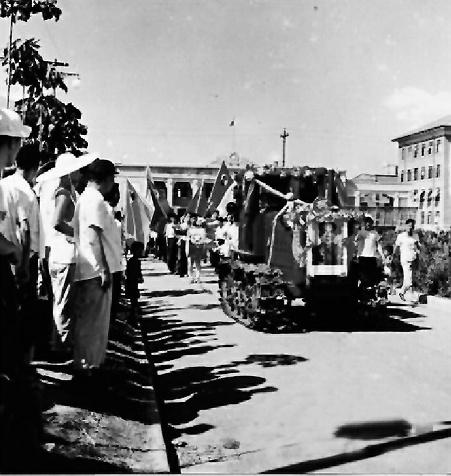 1958年7月20日,第一辆东方红拖拉机开出厂房