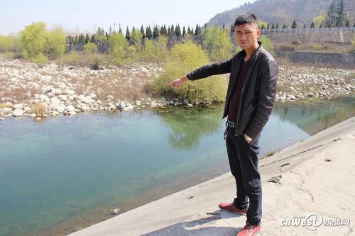 救人小伙王凯说,就是在这个地方发生的事,当时水很凉。