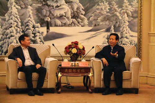 图:苏宁控股集团董事长张近东与黑龙江省委书记王宪魁