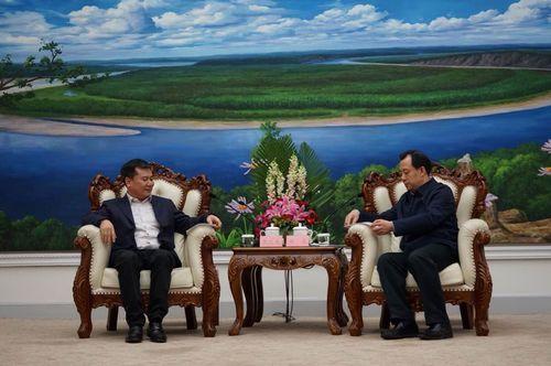 图:苏宁控股集团董事长张近东与黑龙江省长陆昊