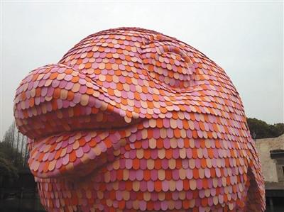 """这个被施工人员戏称为""""香肠嘴""""的翘唇,高约三米。新京报记者 何建为 摄"""
