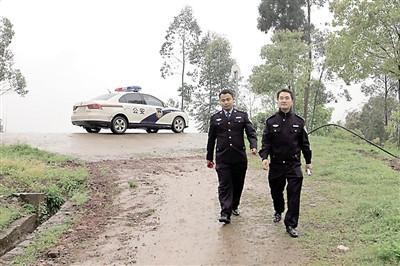 民警展示假冒高价药品。