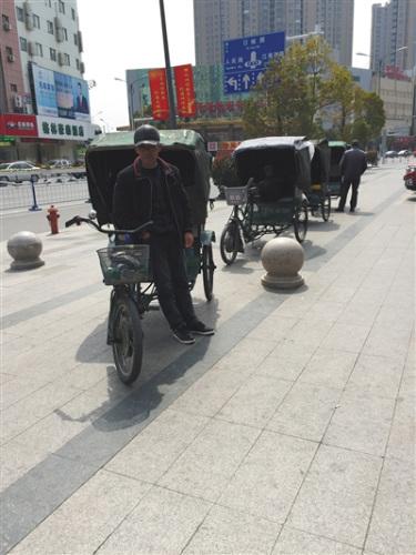 在县城商贸街上等客的20多位三轮车夫,清一色是60岁以上的白叟。