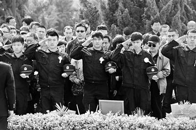天津港公安局人员前来探望战友