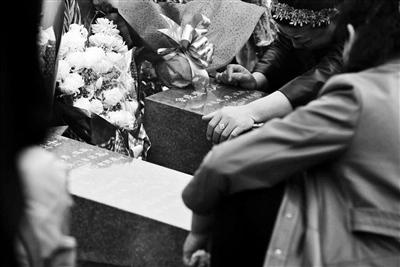 一些家属在墓碑前抑制不住痛哭起来