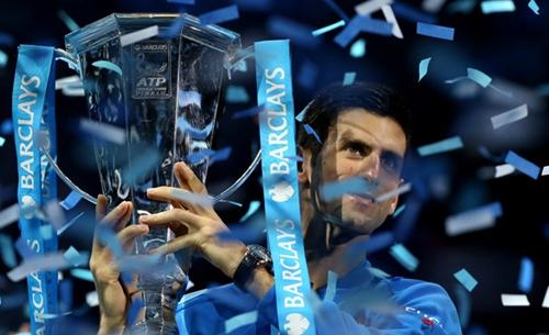 2015年11月22日,在英����敦�M行的ATP世界巡回�年�K��Q�神色男��Q�中,德�s科�S奇��儋M德勒,�Z得冠�。�z影:新�A社��者 �n�r。�D片�碓矗盒氯A�W