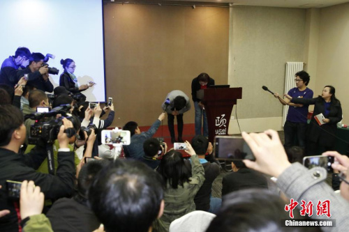 6日,北京和颐旅店高层弯腰道歉。 中新社记者 韩海丹 摄