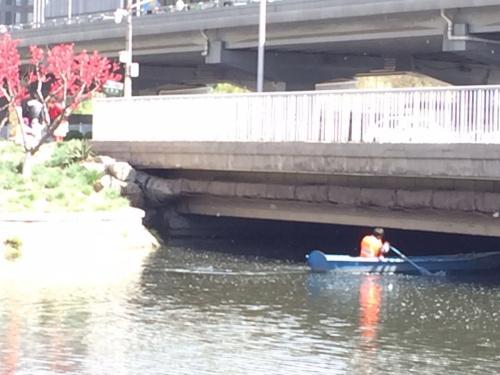 救火员和公何在河滨打捞尸身