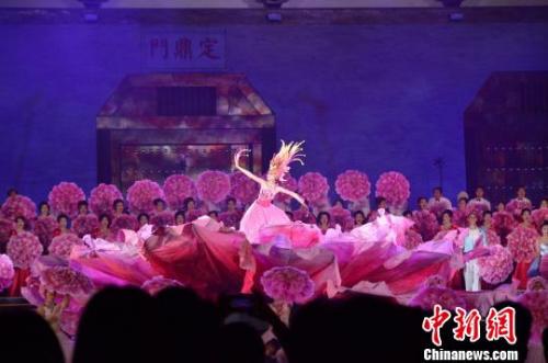 大型情景歌舞剧《花开中国 跨越丝路》中,雍容华贵的牡丹仙子翩翩起舞。 韩章云 摄