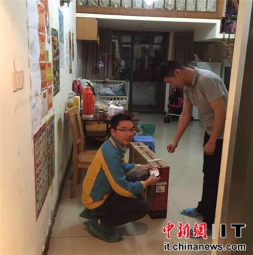 杭州市民刘先生收到火箭哥送到的电视机