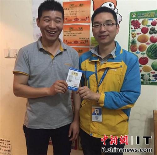 杭州市民刘先生获赠苏宁帮客的全家包服务卡