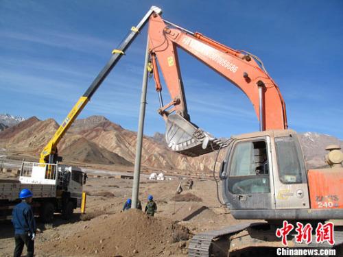 资料图。图为新疆乌恰县托云配网建设工程在帕米尔高原上开工
