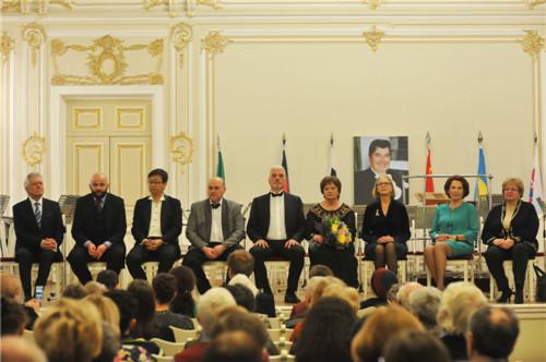 """包括中国、意大利等在内的七国知名艺术家担任本次""""什托科洛夫""""声乐大赛的评委,保证比赛的公正性与多元性。(图片来源:《俄罗斯龙报》)"""