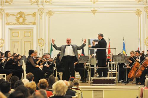 乌克兰人民艺术家伊戈尔·尼乌拉列维奇在开幕式上激情演唱拿坡里民歌。(图片来源:《俄罗斯龙报》)