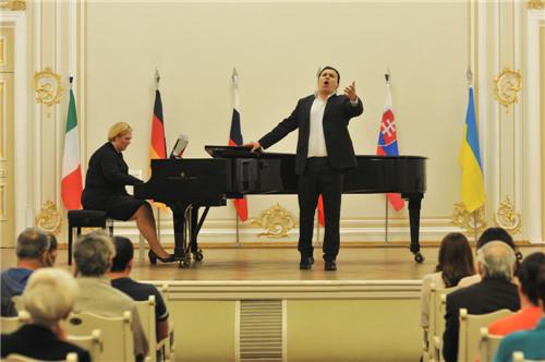 经过紧张激烈的角逐,来自克拉斯诺亚尔斯克的瓦西里耶夫·亚历山大洛维奇最终获得专业组一等奖,并在比赛闭幕式上献唱。(图片来源:《俄罗斯龙报》)