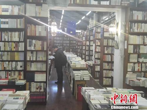 4月21日中午,北京万圣书园店内,读者正在认真悬殊
