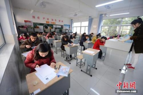 材料图:2015年3月22日,2015年江苏省公事员测验开考。中新社发 孟德龙 摄