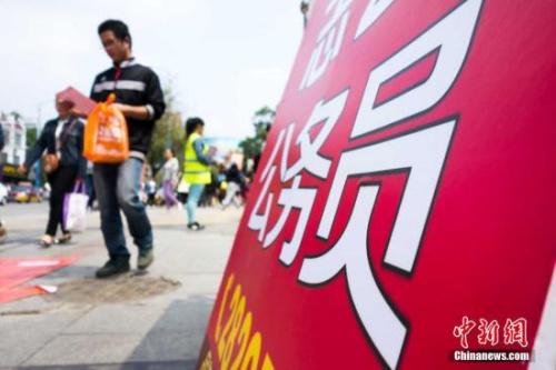 材料图:2015年4月25日上午9时,考生进入广西柳州市第三中学考点停止公事员测验。黄威铭 摄