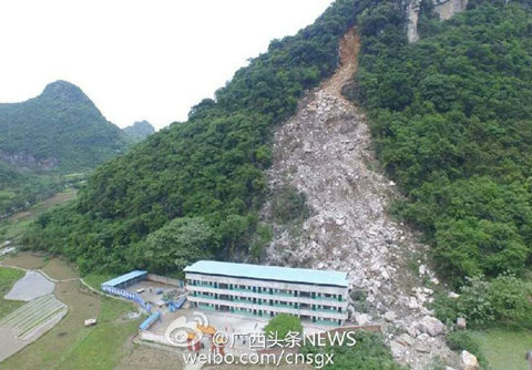 受强降雨作用,21日午时,广西融安县发作山体塌方。