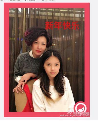 材料图:哈文晒与女儿温馨合影。(哈文微博截图)