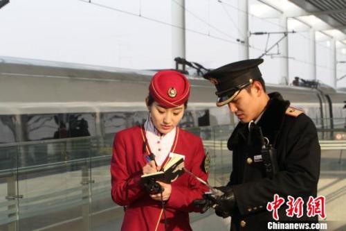 2015年12月28日,从天津西站首发的G6271次高铁列车一小时抵达保定。 张道正 摄