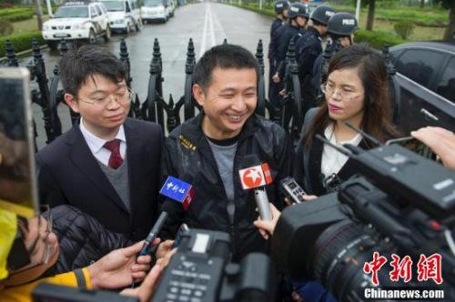 陈满(中)走出监狱后接受媒体采访。 记者 骆云飞 摄