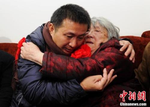 陈满回到四川绵竹老家,见到阔别已久的家人,陈满的母亲王众一老人与儿子相拥而泣。